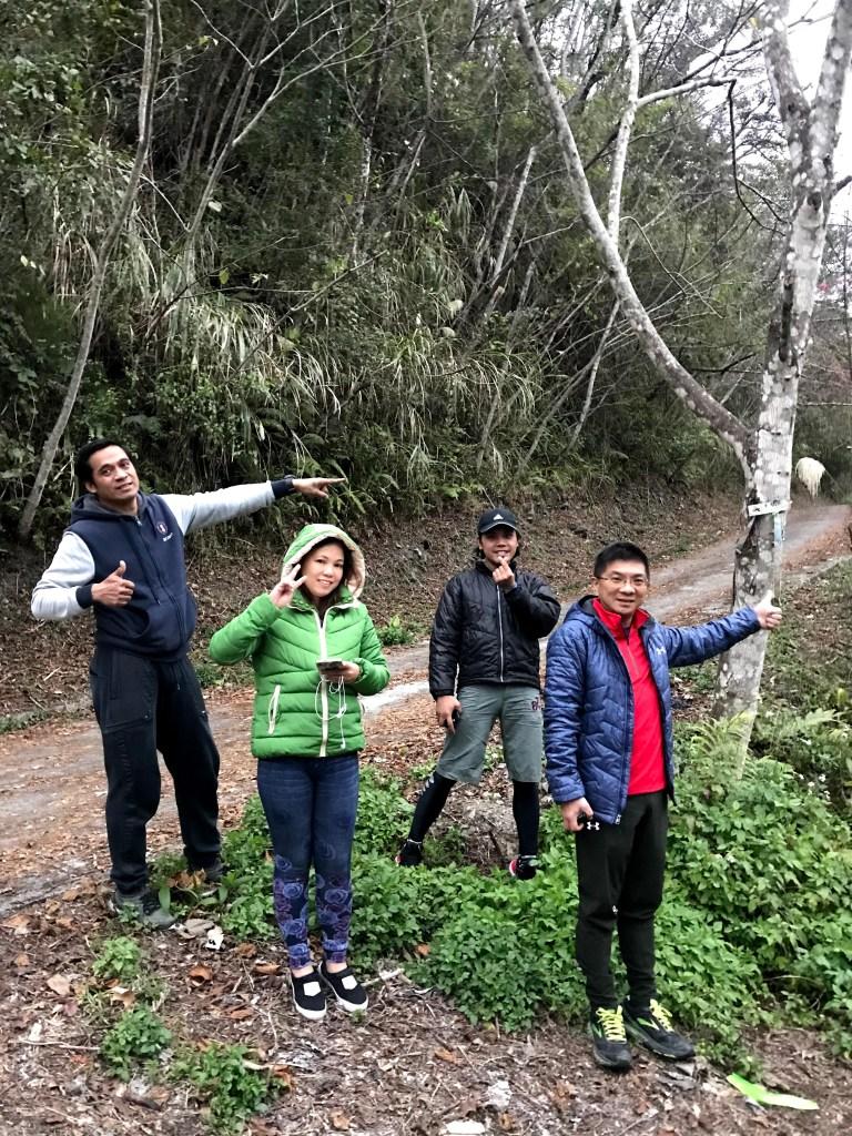 上圖:唐穗山與泰矢生山(雪白山)的岔路口,樹上指標指向「唐穗山」
